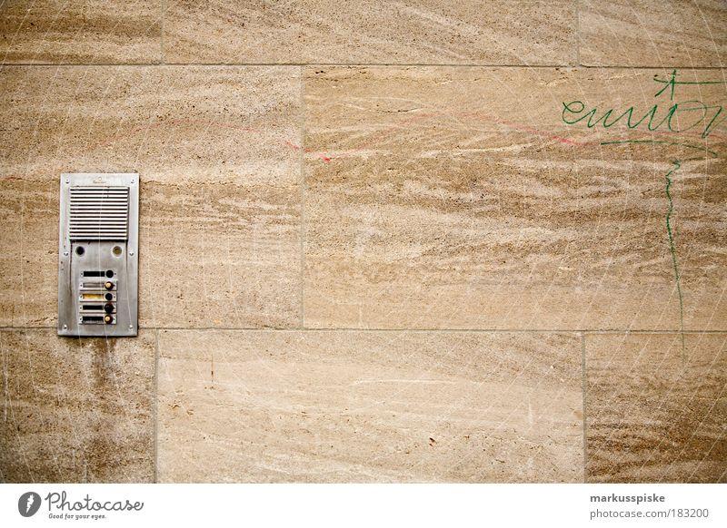 besuch mich Menschenleer Lautsprecher Haus Hochhaus Bauwerk Gebäude Architektur Mauer Wand Tür Namensschild Klingel Kommunizieren sprechen Häusliches Leben alt