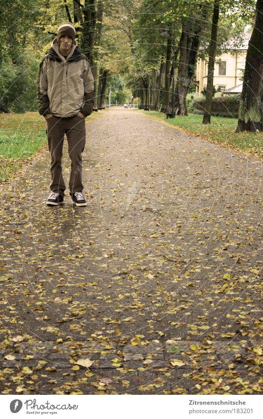 Still Standing Mensch Natur Jugendliche ruhig Einsamkeit Ferne Mann Herbst träumen Traurigkeit Park Denken braun warten Erwachsene