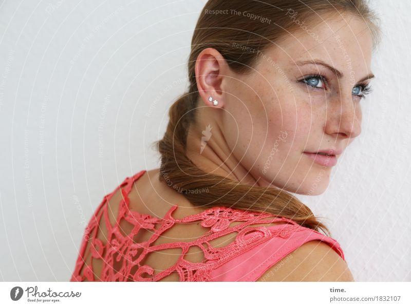 . Mensch schön feminin Denken Kraft warten beobachten Coolness Macht Ziel Kleid Mut Konzentration Wachsamkeit langhaarig brünett