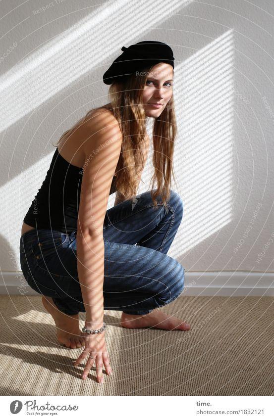 . Mensch Frau schön Ferne Erwachsene Leben Bewegung feminin Raum sitzen ästhetisch Perspektive beobachten Wandel & Veränderung Neugier Mut