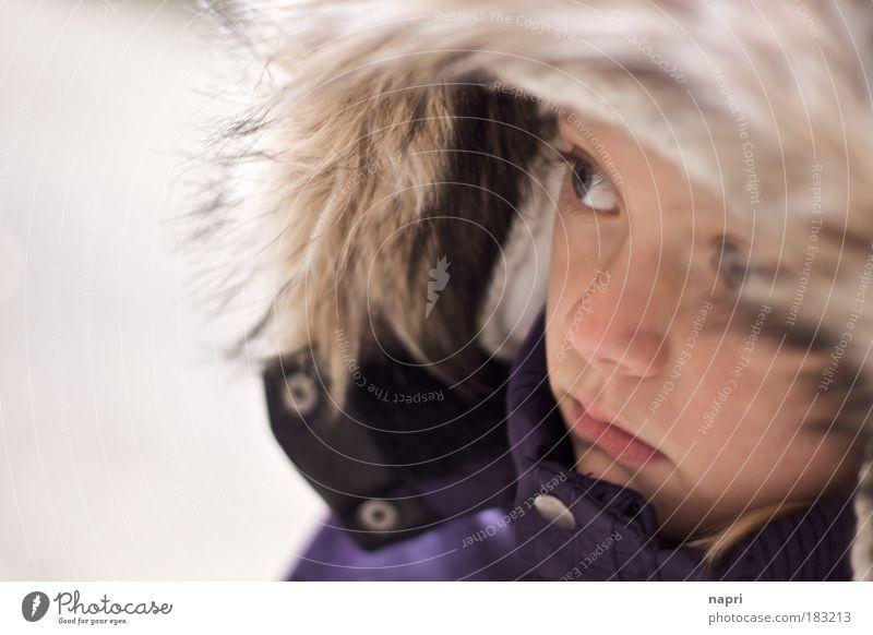 zu früh zu kalt Kind Mädchen Kindheit Neugier Unendlichkeit Porträt Interesse Kapuze Schüchternheit 3-8 Jahre