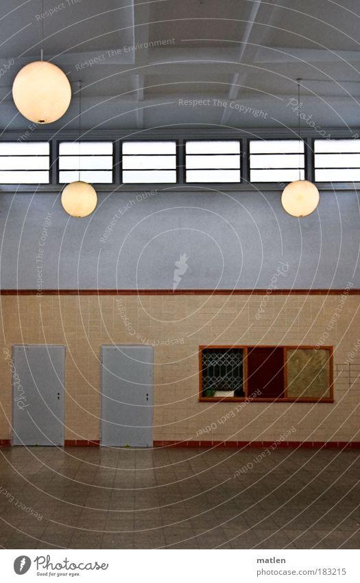 Linientreu Gedeckte Farben Innenaufnahme Detailaufnahme Menschenleer Kunstlicht Bahnhof Fenster Tür Schalterhalle Öffentlicher Personennahverkehr Bahnhofshalle