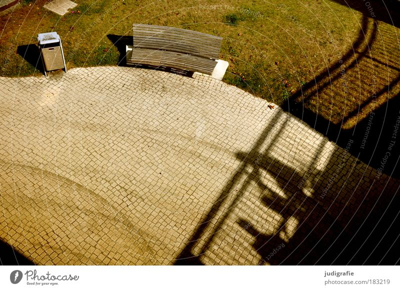 Begegnungen Mensch Stadt Wiese Wege & Pfade Park Platz Brücke rund beobachten Warmherzigkeit Spuren Geländer Pflastersteine Fußgänger Müllbehälter Parkbank