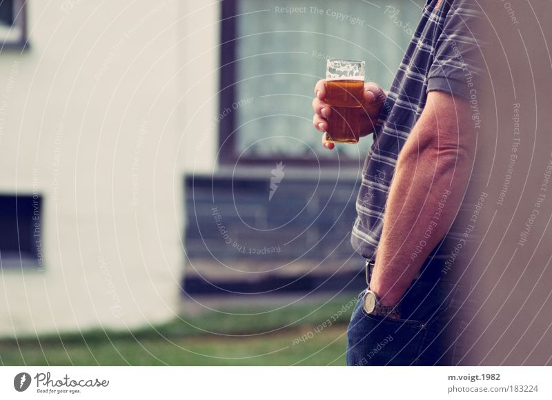 Prost, Paul. Farbfoto Gedeckte Farben Außenaufnahme Textfreiraum links Abend Starke Tiefenschärfe Profil Alkohol Bier trinken maskulin Mann Erwachsene Arme Hand