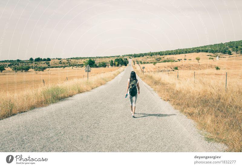 Frau mit Rucksack gehend auf die Straße Lifestyle schön Leben Ferien & Urlaub & Reisen Ausflug Sommer Mensch Mädchen Erwachsene Kino Natur Himmel Baum Gras