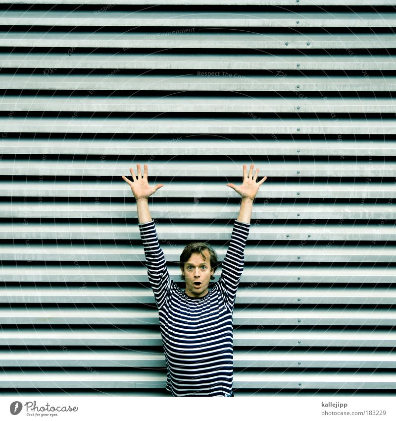 räuber und gendarme Farbfoto Gedeckte Farben Außenaufnahme Muster Strukturen & Formen Tag Schatten Kontrast Totale Oberkörper Blick in die Kamera Mensch