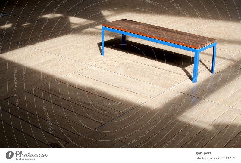 Sonnenbank blau Ferien & Urlaub & Reisen ruhig Erholung Holz träumen Linie braun warten Zeit Platz Pause Bank Schutz Streifen Gelassenheit