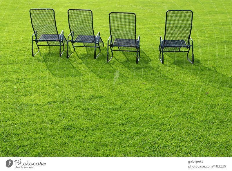 Sonnenbank:4 / Antidepressiva Farbfoto Außenaufnahme Menschenleer Licht Sonnenlicht Garten Park Wiese Mannheim Liegestuhl Pause Sonnenbad Sonnenenergie Stahl