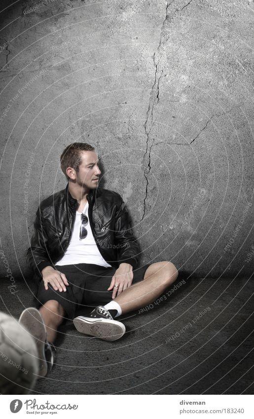 pete sitzend Mensch Mann Jugendliche Erwachsene Erholung Leben Stil Beine Mode Fuß blond Brille maskulin Bekleidung ästhetisch