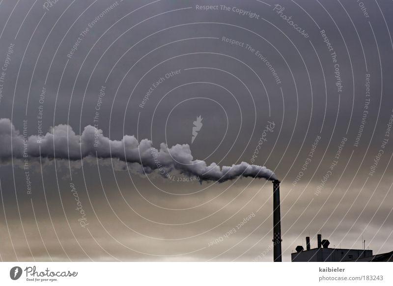 Rauchzeichen Wirtschaft Energiewirtschaft Himmel Wolken Klimawandel Industrieanlage Bauwerk Gebäude Schornstein bedrohlich dunkel blau grau Zukunftsangst