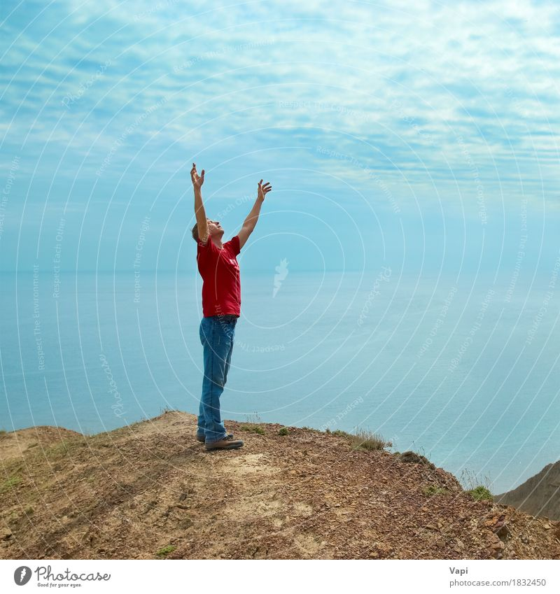 Glücklicher Mann, der auf der Klippe steht Lifestyle Freude Wellness harmonisch Wohlgefühl Erholung Meditation Ferien & Urlaub & Reisen Abenteuer Freiheit Sonne