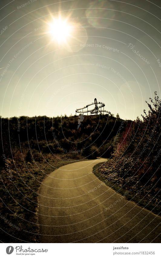 auf der Höhe Sonne Kunst Kunstwerk Skulptur Sonnenlicht Hügel Wahrzeichen Wege & Pfade ruhig Achterbahn Blendenfleck Duisburg Halde Herbstlicht Landmarke