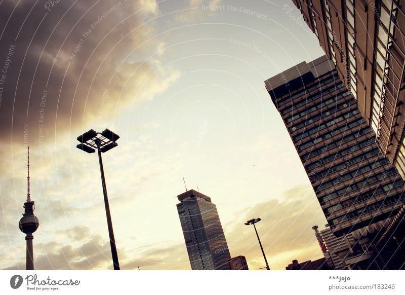 the centre. Himmel Stadt Berlin Gebäude Stimmung Architektur Beton Hochhaus Fassade Uhr Abend Laterne Skyline Licht DDR