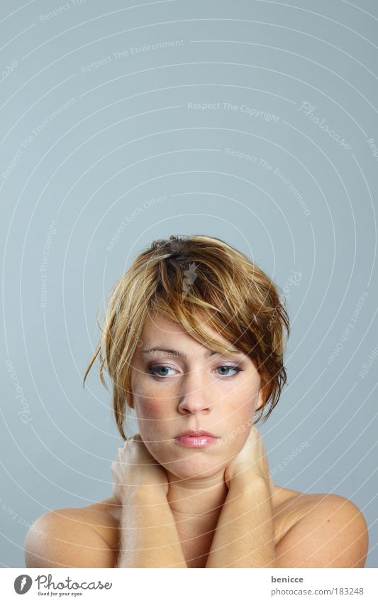 Sehnsucht Frau Porträt Mensch Jugendliche schön Gesicht feminin Traurigkeit Denken Haut elegant Beautyfotografie Trauer Wellness Schmerz nachdenklich