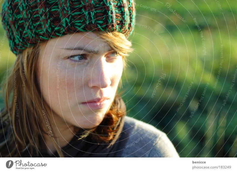 Das gibt Ärger Mensch Frau Natur Jugendliche kalt Herbst Angst Porträt Wut Mütze böse Gesicht Sommersprossen rothaarig ernst Enttäuschung