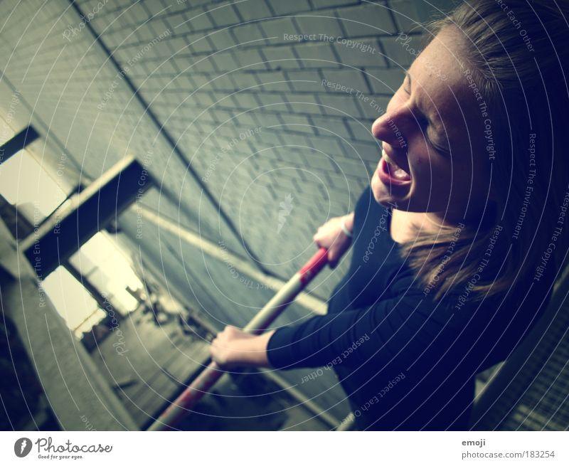 Höhenangst Farbfoto Innenaufnahme Tag Starke Tiefenschärfe Vogelperspektive Halbprofil Wegsehen geschlossene Augen feminin Junge Frau Jugendliche 1 Mensch