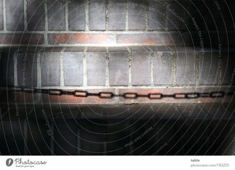 Saisonschluß Farbfoto Gedeckte Farben Detailaufnahme Menschenleer Textfreiraum oben Textfreiraum unten Schatten Kontrast Sonnenlicht Kette Eisenkette Treppe
