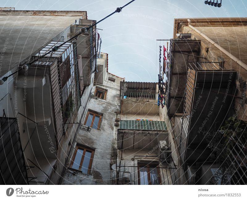 blick nach oben Himmel Ferien & Urlaub & Reisen Stadt Haus Ferne Fenster Wand Gefühle Mauer Freiheit Mode Fassade Tourismus Häusliches Leben Ausflug Tür