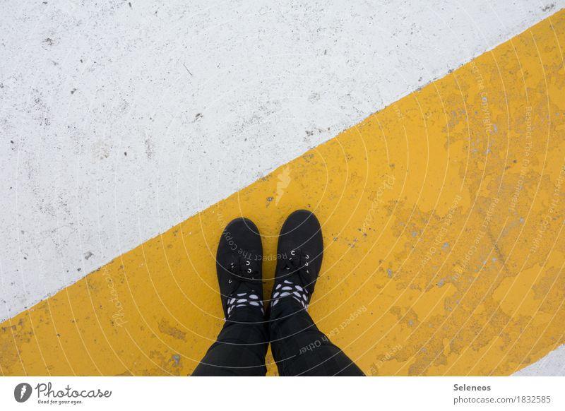 Los gehts Mensch Beine Fuß 1 Strümpfe Schuhe Linie Streifen Stadt gelb standhaft Ordnungsliebe Beginn Zufriedenheit gleich Kontrolle Punkt Farbfoto