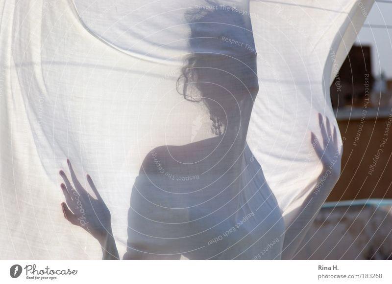 Sehnsucht Gedeckte Farben Außenaufnahme Textfreiraum links Schatten Kontrast Silhouette Sonnenlicht feminin atmen berühren Bewegung authentisch Wärme weiß