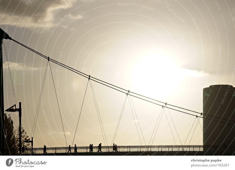 Die Brücke Mensch Stadt Bewegung Menschengruppe gehen laufen Ausflug modern Netzwerk Turm Baustelle Stahlkabel Verbindung Stress Frankfurt am Main