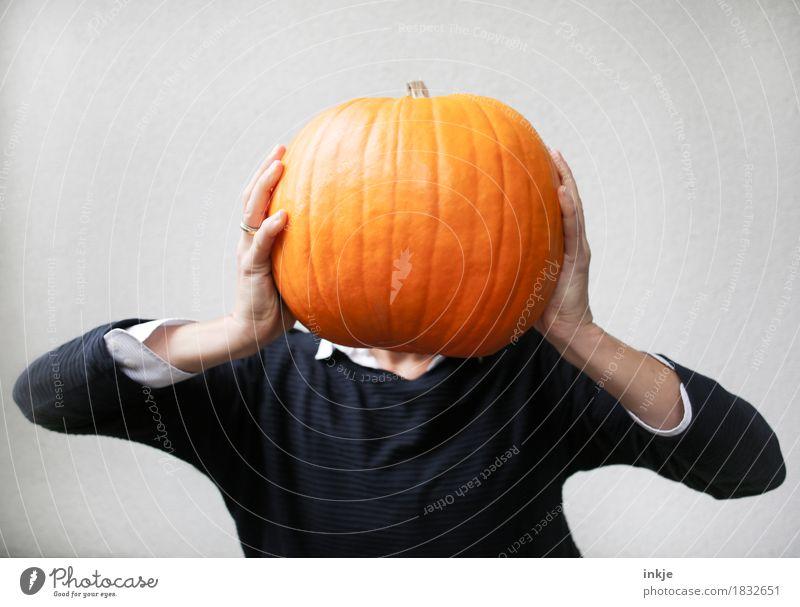 Kürbiskopf Herbst lustig orange Kreativität groß Idee festhalten Tradition Halloween schwer hochhalten Kürbiszeit