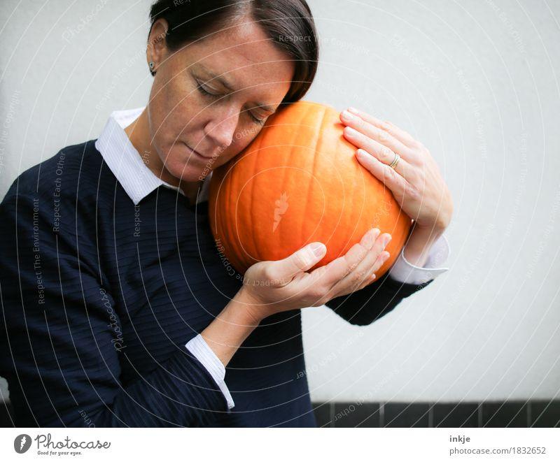 Erntedank Mensch Frau Gesicht Erwachsene Leben Liebe Gefühle Herbst Lifestyle Stimmung orange Freizeit & Hobby Zufriedenheit Ernährung 45-60 Jahre Schutz