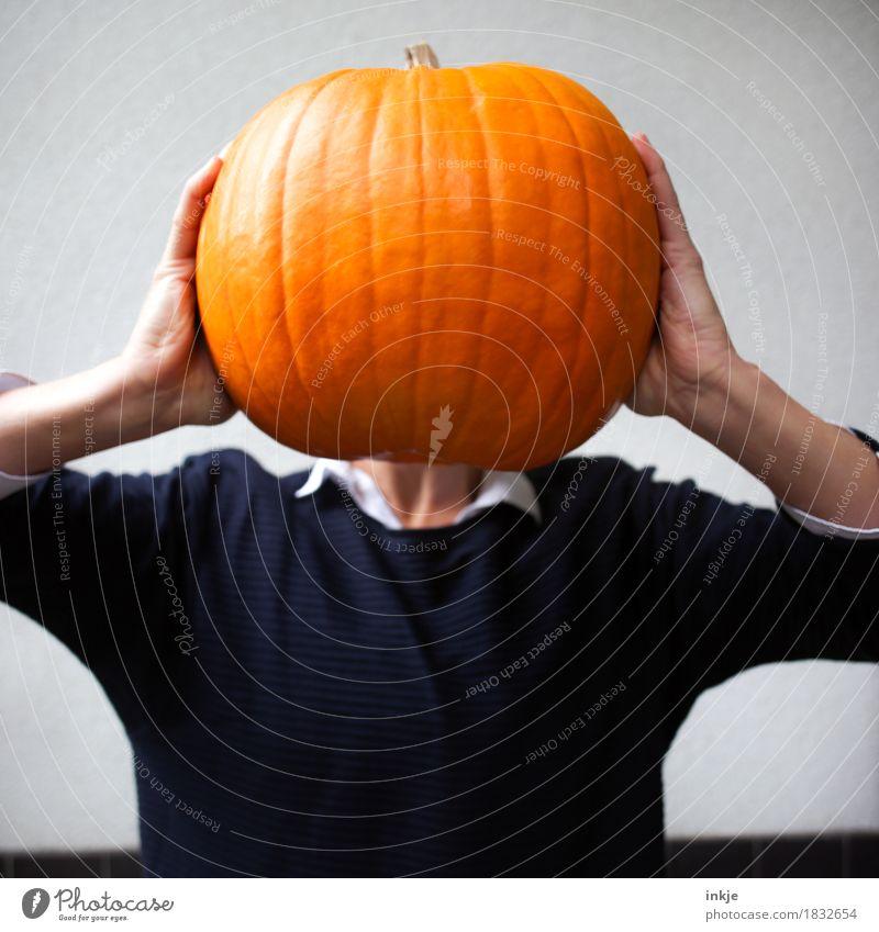 Kürbiskopf sen. Mensch Frau Freude Erwachsene Leben Gefühle Lifestyle Kopf orange Freizeit & Hobby Ernährung Körper Kraft 45-60 Jahre groß festhalten