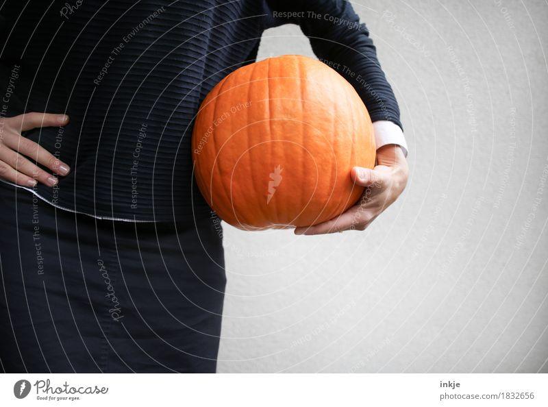 Kürbisball Mensch Frau Hand Erwachsene Leben Lifestyle orange Freizeit & Hobby Ernährung Körper stehen 45-60 Jahre Arme groß rund festhalten