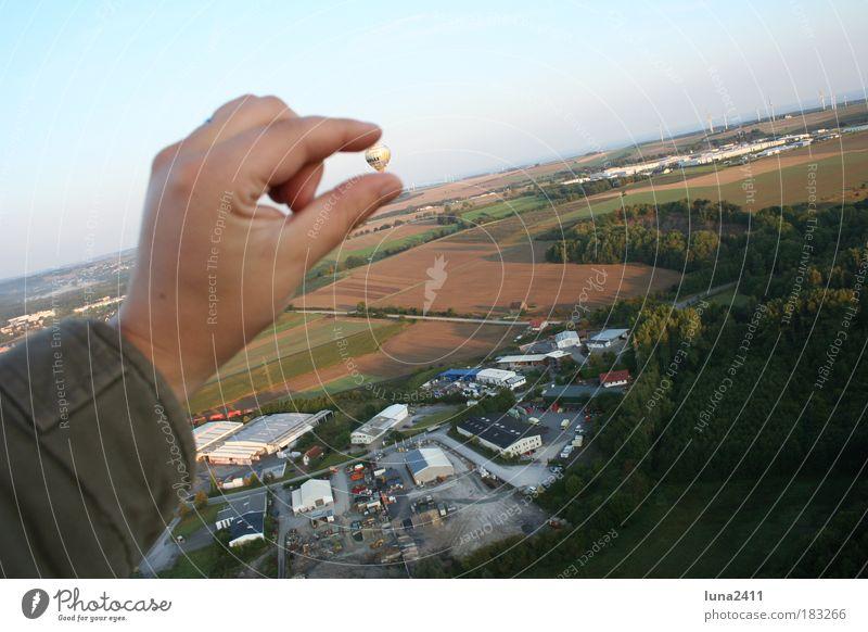 ...der ist sooooo klein!!! Hand Himmel Wirtschaft Landschaft Feld Arme Natur Erde Mensch fahren Blick Morgen Ballone Vogelperspektive Industrieanlage