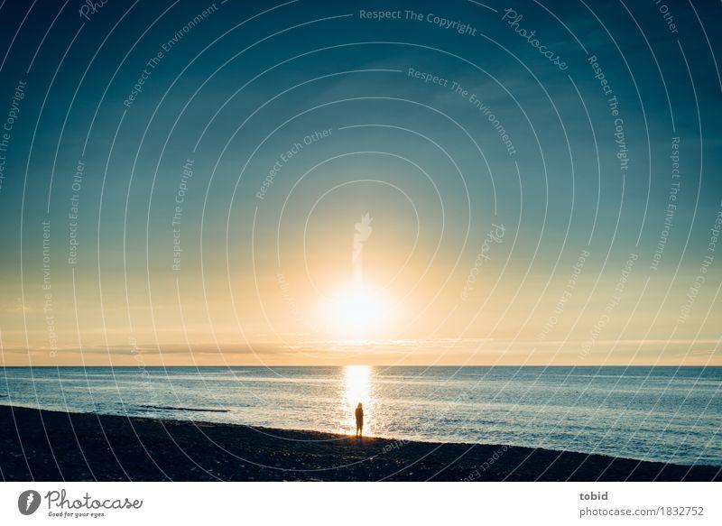 Freiheit Mensch Himmel Natur Wasser Landschaft Einsamkeit Ferne Strand Küste Horizont träumen frei glänzend Wellen Idylle einzigartig
