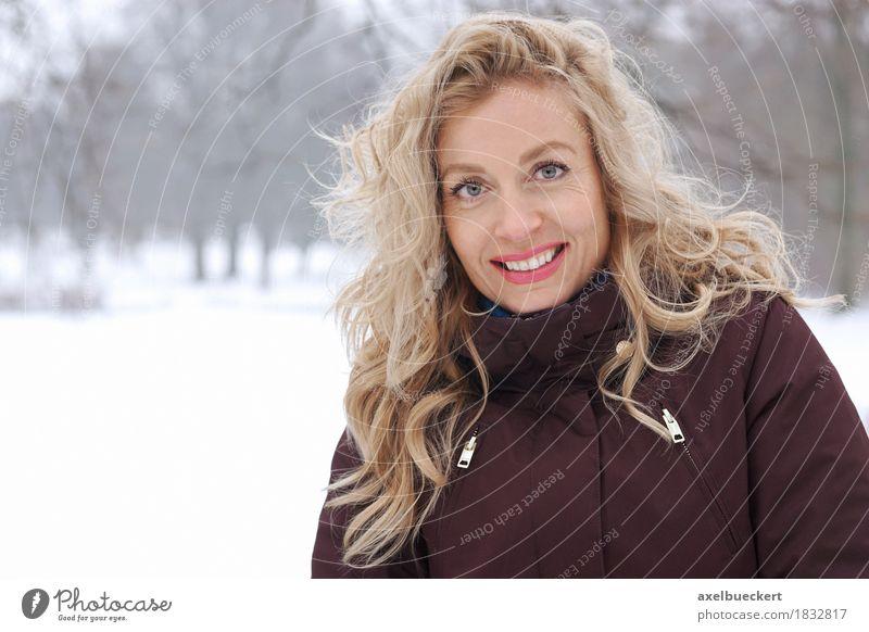 blonde Frau in Winterlandschaft Mensch Natur Landschaft Erholung Freude Erwachsene Lifestyle feminin Schnee lachen Glück Park Freizeit & Hobby Wetter