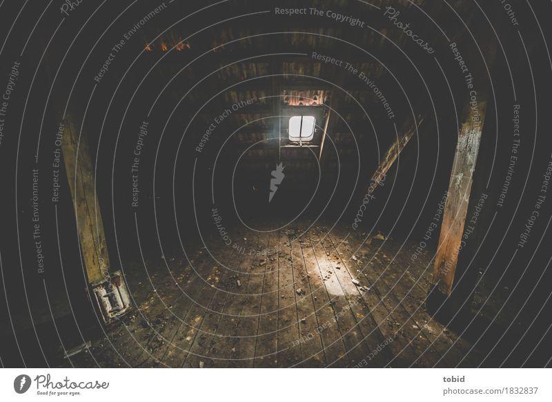 Geheimnisvoll Fenster Dachboden dunkel Einsamkeit Endzeitstimmung Vergänglichkeit trist Dachfenster Holzfußboden Dachgebälk Staub Verfall dreckig Ziegeldach