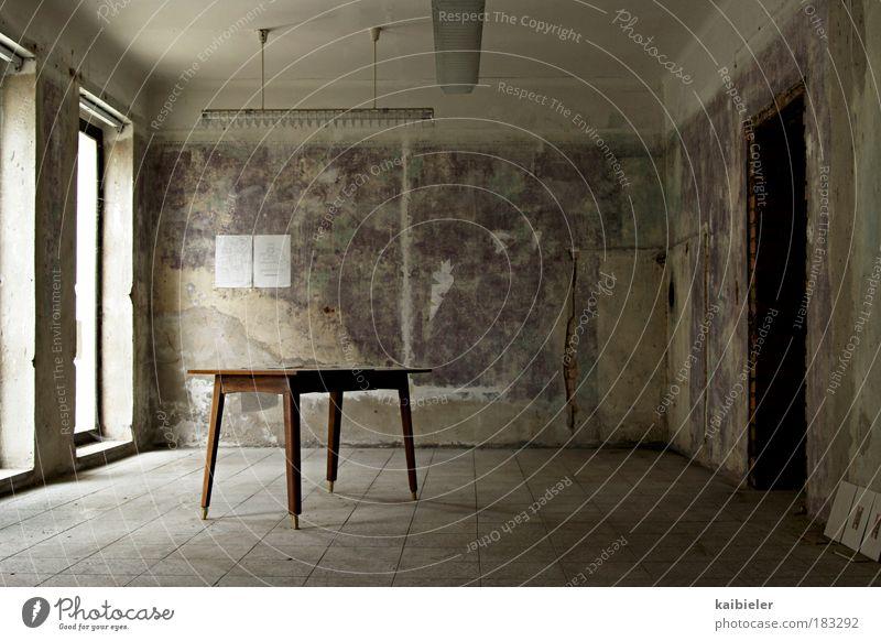 ausverkauft rot Einsamkeit dunkel Fenster Wand Architektur grau Möbel Gebäude Mauer braun Raum Innenarchitektur Tisch leer Wandel & Veränderung