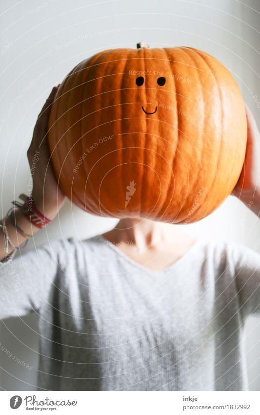 Dickkopf Gesicht lustig orange groß Lächeln niedlich Freundlichkeit festhalten Halloween Kürbis Smiley hochhalten Knopfauge Kürbiszeit