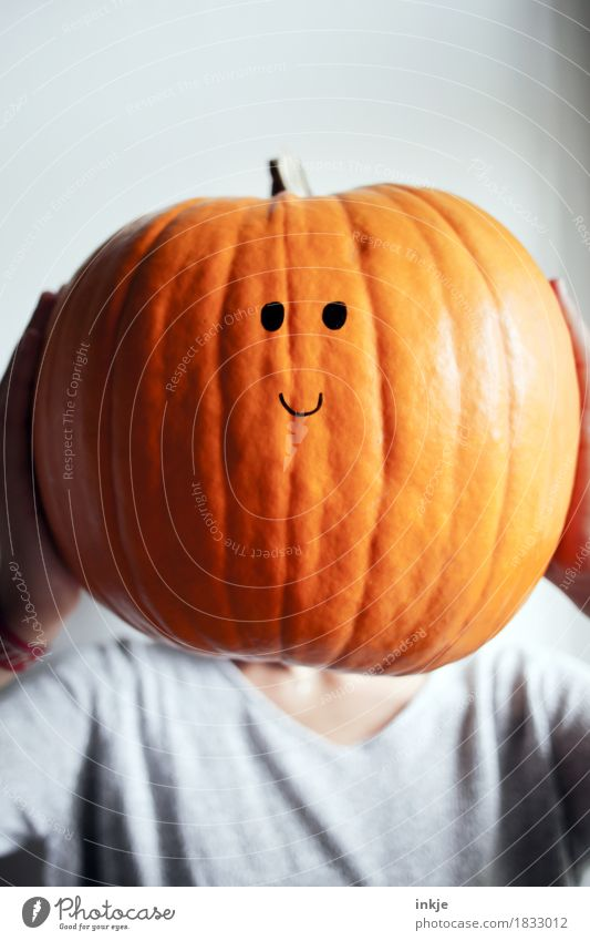 Dickkopf Freundlichkeit Lächeln Smiley groß orange festhalten Gesicht Kürbis Kürbiszeit Halloween niedlich Knopfauge hochhalten lustig