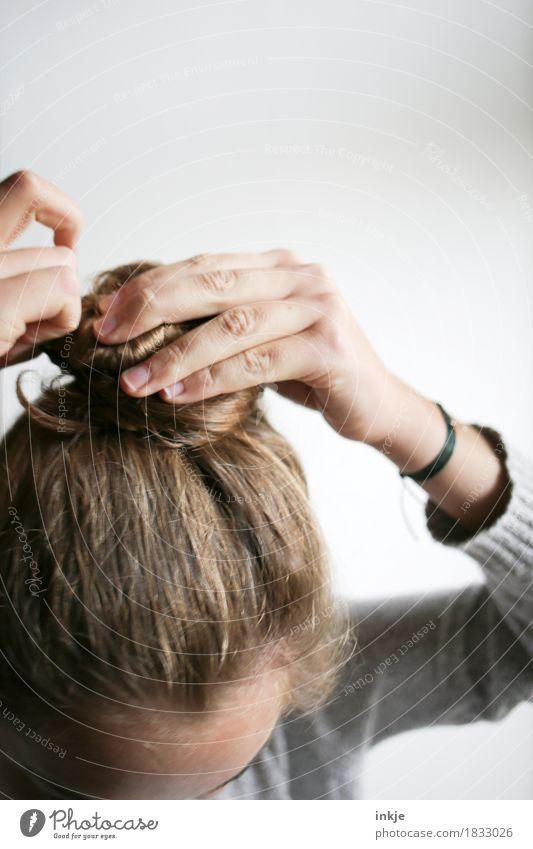Dutt Lifestyle Stil Mädchen Junge Frau Jugendliche Kindheit Leben Kopf Haare & Frisuren Hand 1 Mensch 13-18 Jahre 18-30 Jahre Erwachsene brünett langhaarig Mode