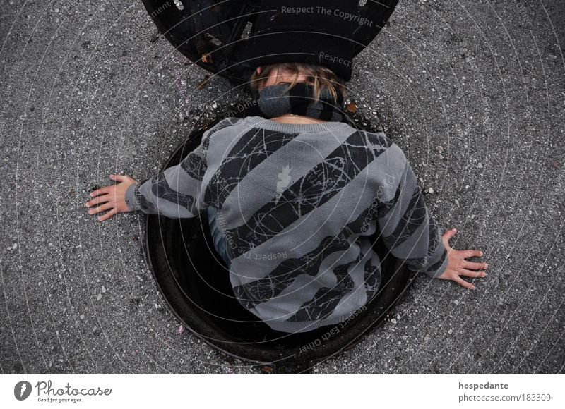 Der Gulli-Pulli I Mensch Straße grau Stil Mode Rücken Wohnung Design Verkehr ästhetisch Lifestyle außergewöhnlich Streifen einzigartig Asphalt Weltall