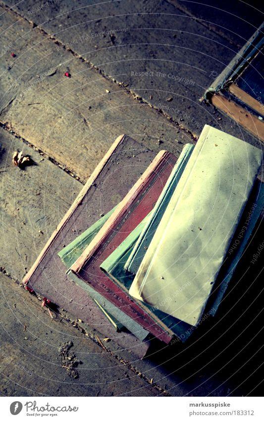 dachboden fund alt Freiheit Buch Schriftzeichen Dach Buchstaben Romantik Kultur Bildung Zeichen Medien Typographie Buchseite Dachboden Bibliothek