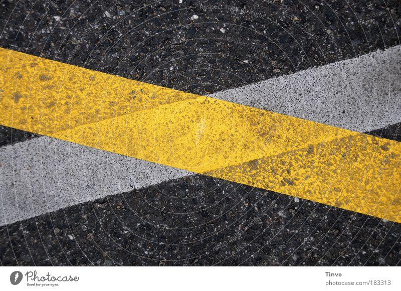 United Colors of Fahrbahnmarkierung weiß schwarz gelb Straße Straßenverkehr Verkehr Farbfoto Außenaufnahme Wandel & Veränderung Spuren Wege & Pfade Verkehrswege