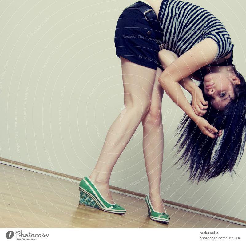 sinnbefreite verrenkung. Jugendliche feminin Bewegung Traurigkeit träumen ästhetisch gefährlich stehen Coolness einzigartig dünn Lebensfreude trashig Junge Frau