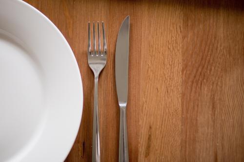 Mahlzeit. Gesunde Ernährung Essen Holz Häusliches Leben Tisch Küche Frühstück Geschirr Appetit & Hunger Teller Abendessen Messer Diät Mittagessen Fasten