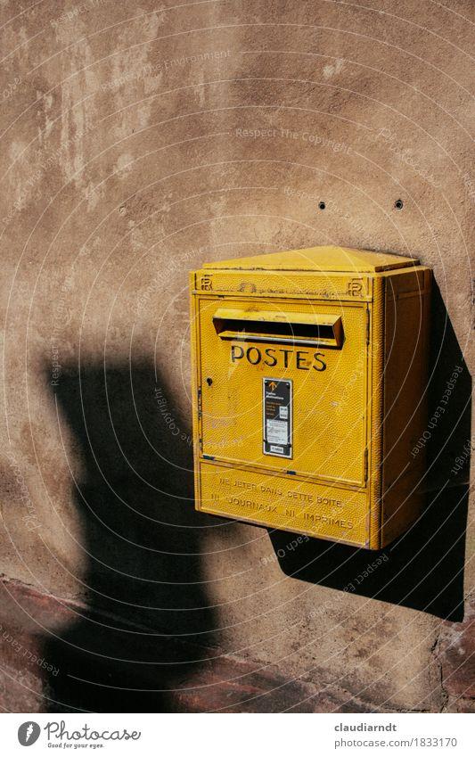 Schreib mal wieder... alt gelb Wand Mauer Kommunizieren schreiben Dorf Frankreich Post Briefkasten Französisch Elsass