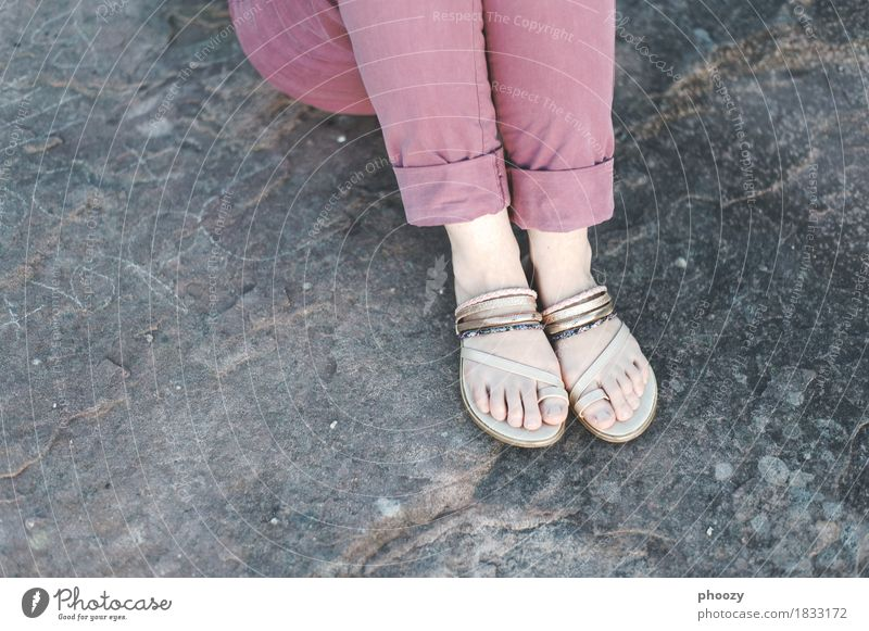 Sandals feminin Frau Erwachsene Fuß 1 Mensch 30-45 Jahre Hose Schuhe Flipflops hocken violett türkis Farbfoto Textfreiraum links Textfreiraum unten