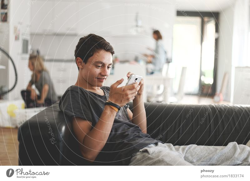 Generation Smartphone Mensch maskulin Junger Mann Jugendliche 1 13-18 Jahre Internet E-Mail Instant-Messaging T-Shirt brünett hören Spielen Freude Reichtum