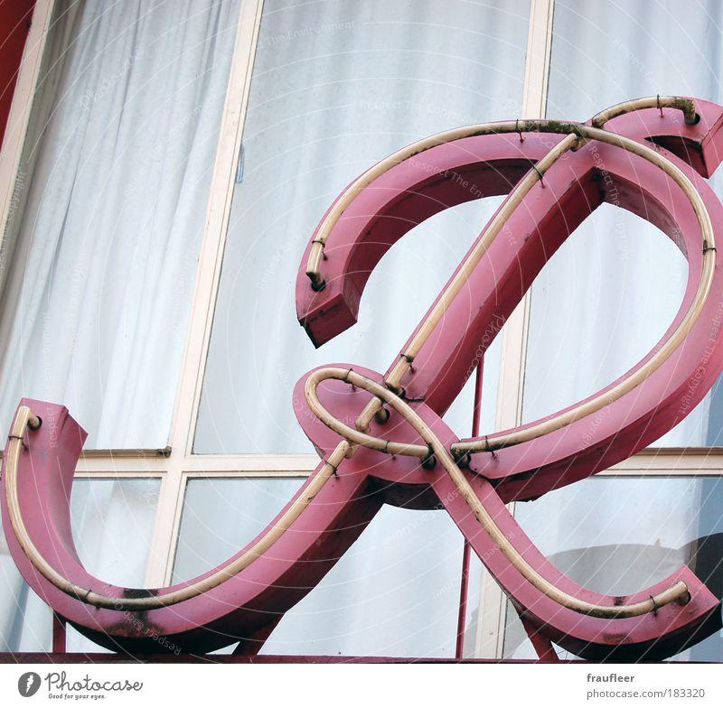 großes R weiß rot ruhig Lampe Fenster hell Glas Fassade Bildung Gastronomie leuchten Typographie Skandinavien Symbole & Metaphern Lateinisches Alphabet Diskobucht