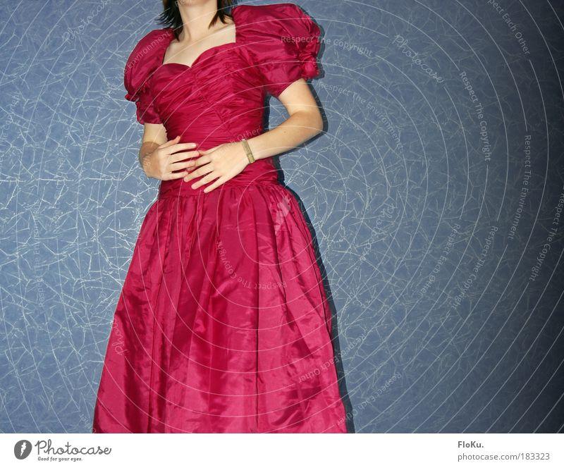 und nu? Jugendliche blau Hand schön Erwachsene feminin Mode Feste & Feiern Frau Arme rosa Finger authentisch Bekleidung Stoff Kleid