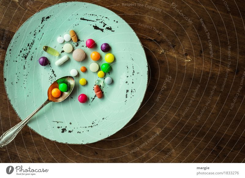Bunte Pillen mit Tee -Löffel auf einem Teller Ernährung Diät Fasten schön Gesundheit Krankheit Übergewicht Arzt Gesundheitswesen braun mehrfarbig grün rot