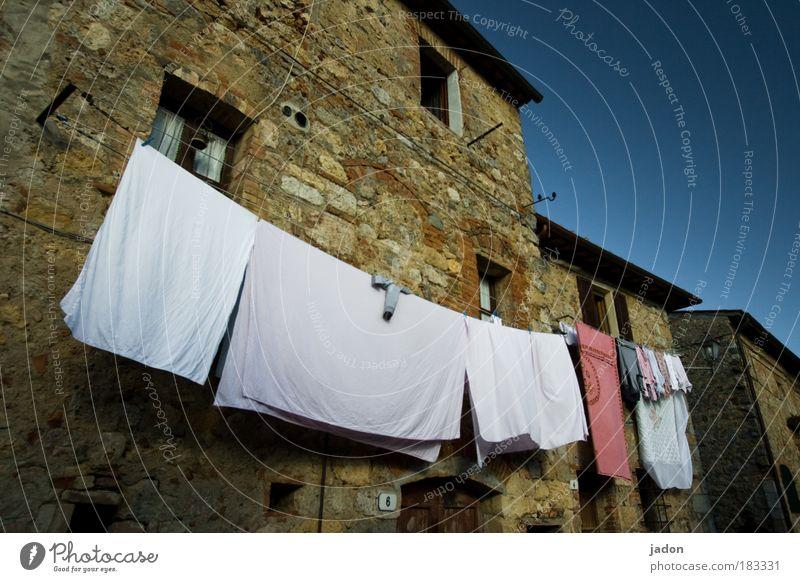 saubere sache(n) weiß Wärme Gebäude elegant Fassade Ordnung Häusliches Leben Dekoration & Verzierung ökologisch Wäsche Unterwäsche Italien Toskana Wäscheleine