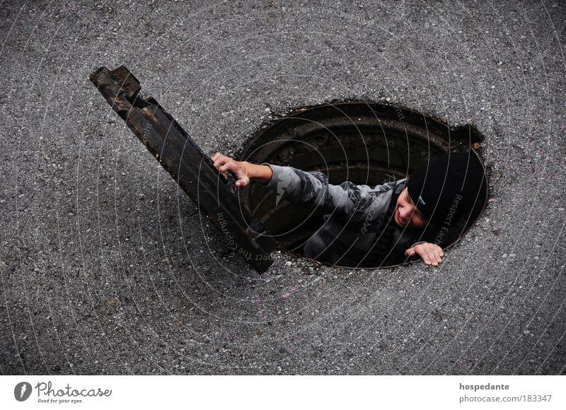 Der Gulli-Pulli II Außenaufnahme Vogelperspektive Fischauge Oberkörper Blick nach unten Lifestyle Stil Design tauchen gehen Hand Wasser Gipfel Vulkan Straße